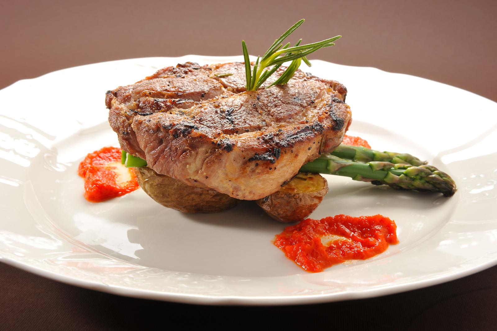 Steak z marinovanÇ krkoviüky provonÿnÇ rozmarÏnem s pikantn° chilli om†ükou, peüenÇ brambory